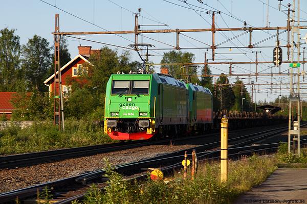 Midsommaraftonens morgon i Jörn för sex år sedan idag. Två Re-lok drar det norrgående tomma ståltåget från Borlänge mot slutdestinationen Luleå genom samhället vid femtiden på morgonen.