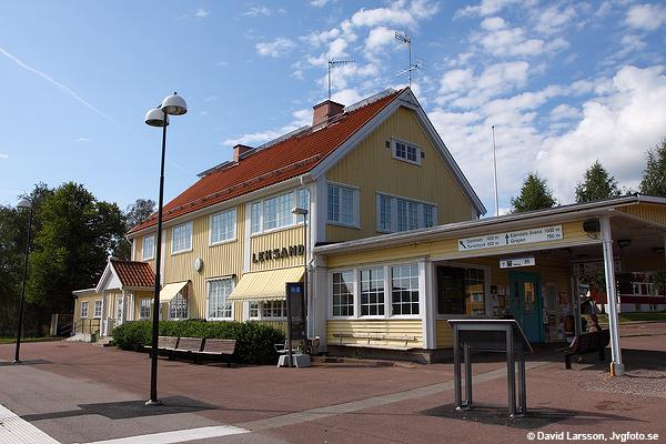 Stationshuset i Leksand en sommardag 2011, ett stort och stiligt trähus preci som stationshus bör vara.
